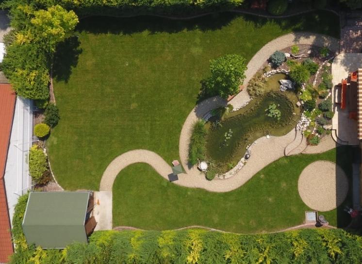 Egy szépen megépített kerti tó a kertben