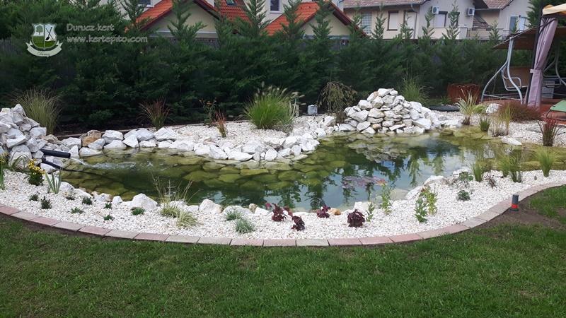 Kerti szegély a kerti tó körül